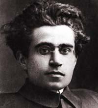 Antonio Gramsci commette il primo errore nascendo ad Ales e non a Caserta. Dato che è un debosciato, fin da piccolo finge, con la complicità della camorra de Napule, di essere di salute cagionevole e invece la notte va facendo gare di tequila capa e bancone al Bacchanalia