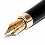 10477145-il-close-up-di-un-pennino-iridio-penna-stilografica-sparato-contro-uno-sfondo-bianco